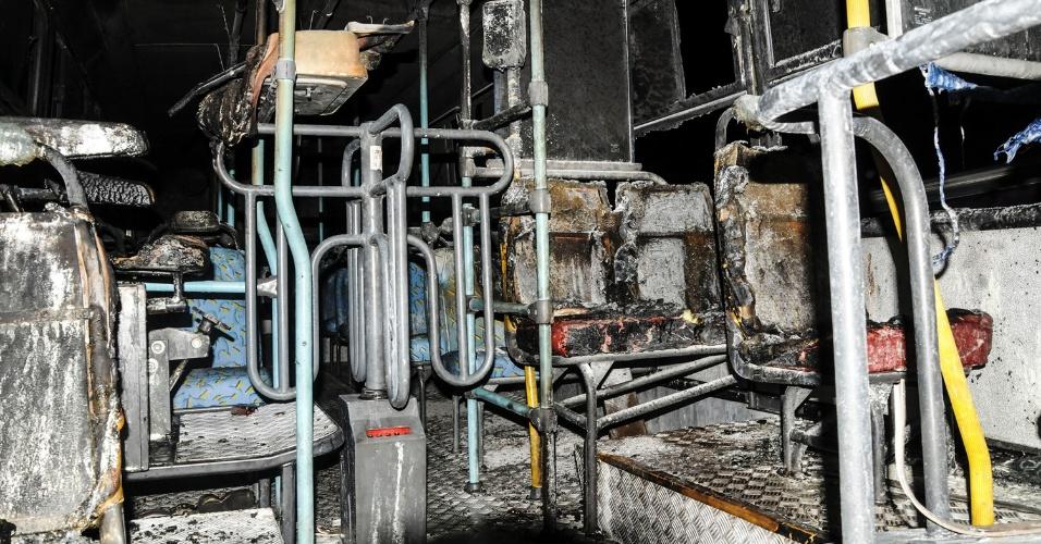 7.fev.2013 - Ônibus é incendiado no bairro do Ipiranga, em São José (SC), na noite desta quinta-feira, elevando para 75 o número de ataques no Estado em um período de nove dias