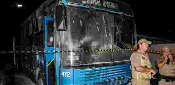 Ônibus é incendiado no bairro do Ipiranga, em São José (SC), elevando para 75 o número de ataques - Eduardo Valente/Futura Press