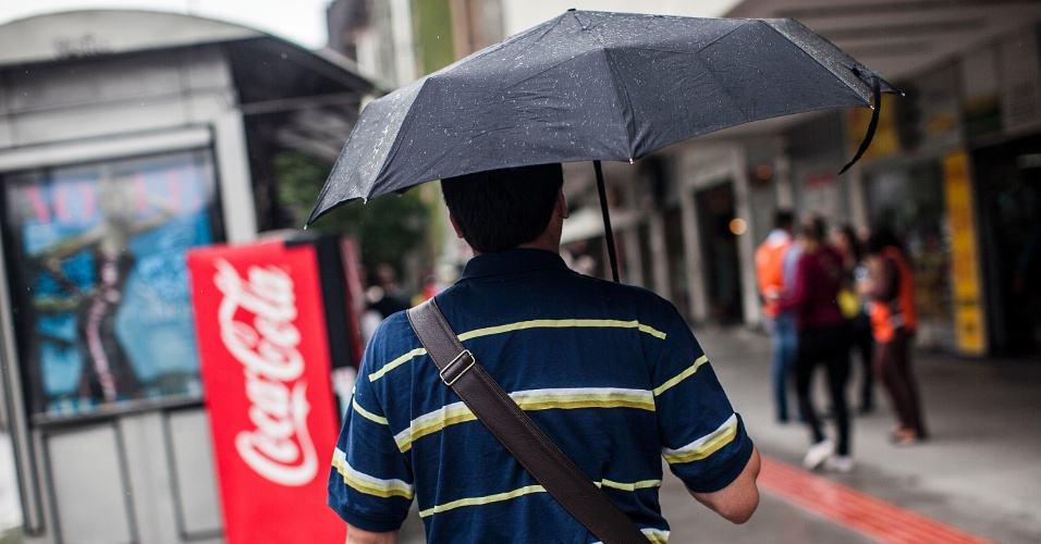 7.fev.2013 - Pedestres enfrentam chuva na avenida Brigadeiro Faria Lima, na zona oeste de São Paulo, nesta quinta-feira