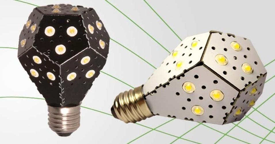 7.fev.2013 - Um trio de canandenses desenvolveu uma fonte de luz de LED de 12 watts que brilha como uma lâmpada incandescente de 100 watts. Eles afirmam que a Nanolight é a lâmpada mais eficiente do mundo. O produto tem uma placa de circuitos com pontos de luz de LED e é dobrada na forma de um bulbo que se conecta a uma instalação elétrica comum
