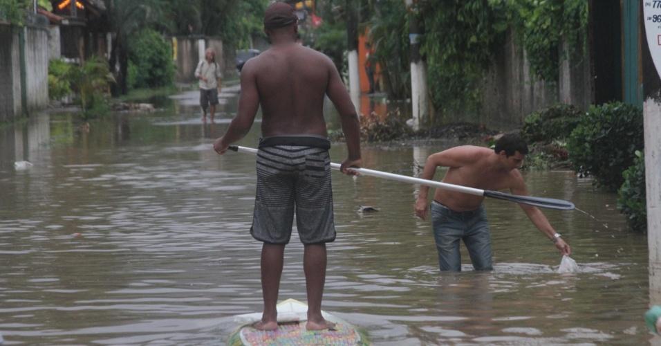 7.fev.2013 - Uma forte chuva causou alagamentos em vários bairros da costa sul de São Sebastião, no litoral norte de São Paulo, nesta quinta-feira. De acordo com a Defesa Civil, ao menos 43 famílias tiveram que deixar suas casas