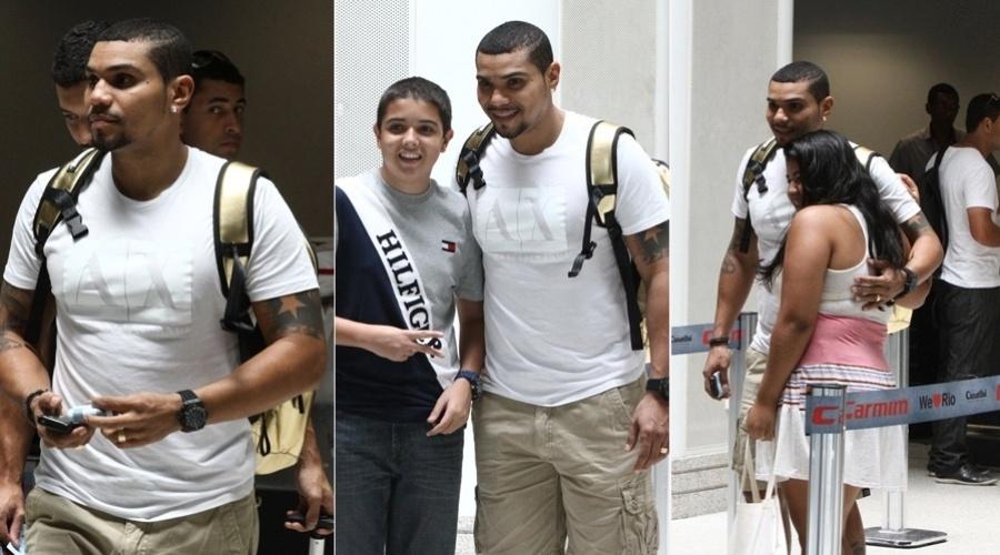 7.jan.2013 - O cantor Naldo desembarcou nesta quinta no aeroporto Santos Dumont, centro do Rio. O artista foi tietado por alguns fãs que estavam no local