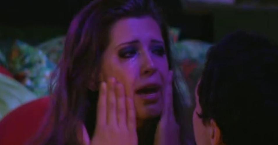 Andressa chora e diz para Ivan que Nasser sente ciúmes dele
