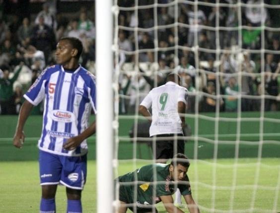 Deivid comemora seu gol na vitória do Coritiba diante do Nacional (06/02/13)