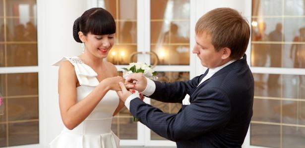 Para não perder o brilho, o ideal é que o anel seja retirado em algumas situações - Thinkstock