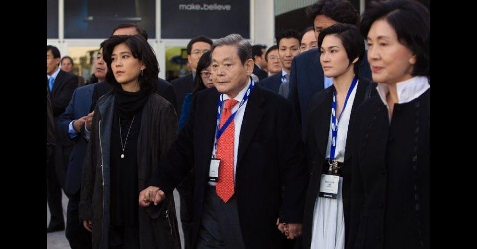Lee Kun-hee protagonizou um dos casos mais emblemáticos. O executivo, considerado um dos mais poderosos da Coreia do Sul, renunciou em 2008 ao cargo de presidente da Samsung após serem confirmadas fraudes por evasão fiscal e prevaricação e condenado a três anos de prisão. Mas teve a sentença suspensa e, menos de dois anos depois, Kun-hee voltou a ser o presidente da empresa. Vale lembrar que o pai do executivo é um dos fundadores da Samsung