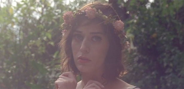 """Lizzy Caplan no vídeo """"Fashion Film"""", produzido para divulgar o lançamento da marca mais barata da Vena Cava - Reprodução"""