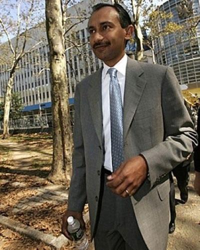 Sanjay Kumar é autor de uma das maiores fraudes contábeis já noticiadas envolvendo empresas de tecnologia, descoberto em 2005. Kumar alterou sucessivos balanços da Computer Associates, fraude que chegou a atingir US$ 2,2 bilhões. O ex-presidente da empresa foi condenado a 12 anos de prisão, pagamento de multa de US$ 8 milhões, além de restituição de um valor de US$ 798,6 milhões à empresa. Ao vender um iate, duas Ferraris e contas de investimento, Kumar conseguiu restituir ''apenas'' US$ 50 milhões