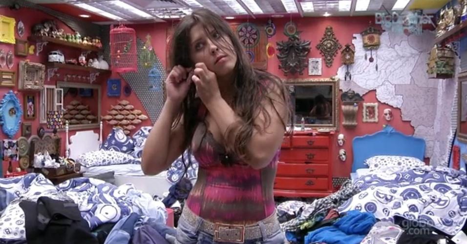 08.fev.2013 - Andressa se arruma no quarto Brechó