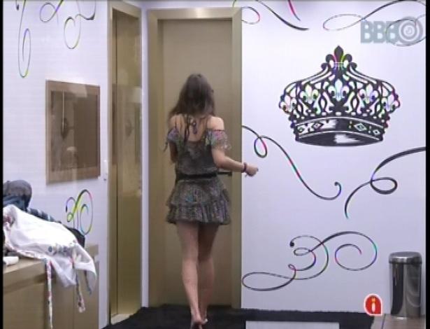 08.fev.2013 - Após devorar os docinhos e salgados, Kamilla vai para o banheiro...