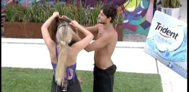 08.fev.2013 - Kamilla é coroada por André e Fernanda após ganhar a liderança