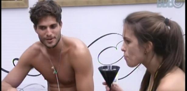 08.fev.2013 - Kamilla e André conversam e comem os quitutes presentes no quarto do líder