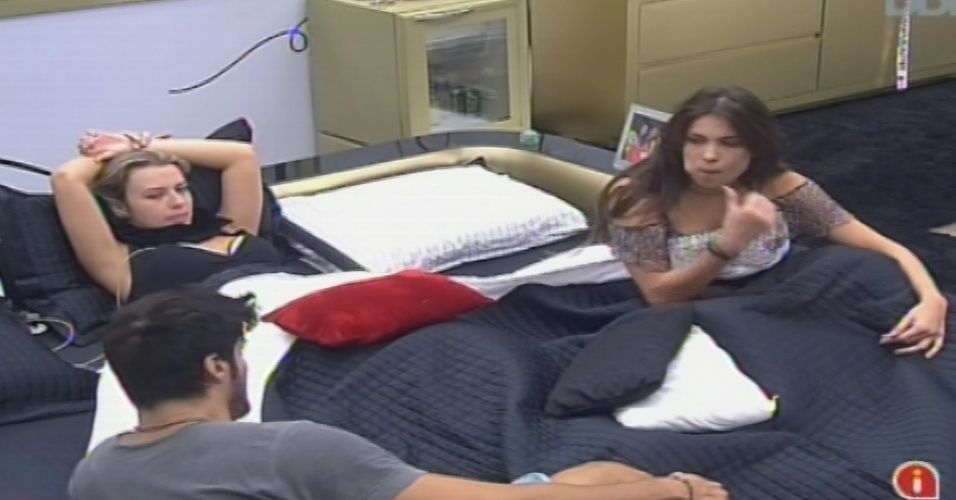 08.fev.2013 - Kamilla, Fernanda e Marcello conversam no quarto da líder