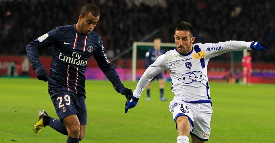 08.fev.2013 - Lucas tenta jogada durante jogo contra o Bastia pelo Campeonato Francês