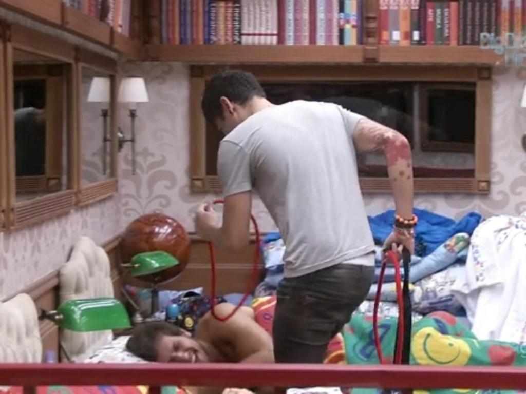 08.fev.2013 - Nasser entrega o primeiro colar do Big Fone a Eliéser. Ele foi instruído a colocar os colares em dois brothers e deverá indicar um deles para o paredão