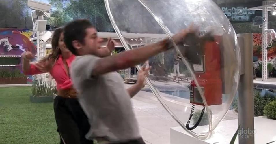 08.fev.2013 - Nasser supera Anamara e consegue atender Big Fone
