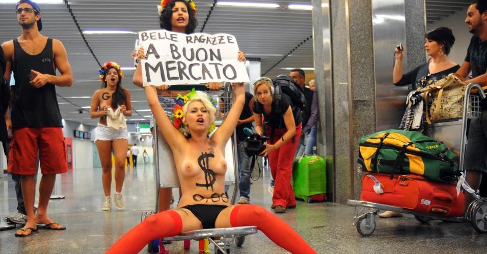 8.fev.2012 - Integrantes do grupo feminista Femen Brasil protestam contra o turismo sexual, no aeroporto do Galeão, no Rio de Janeiro