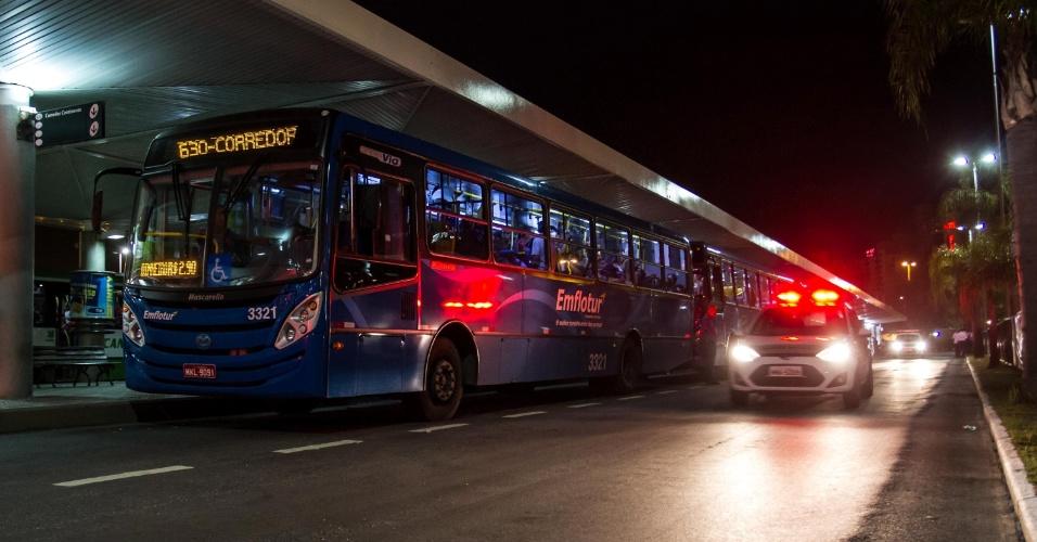 8.fev.2013 - Começou em Florianópolis uma operação da Polícia Militar de escolta de ônibus com carros locados