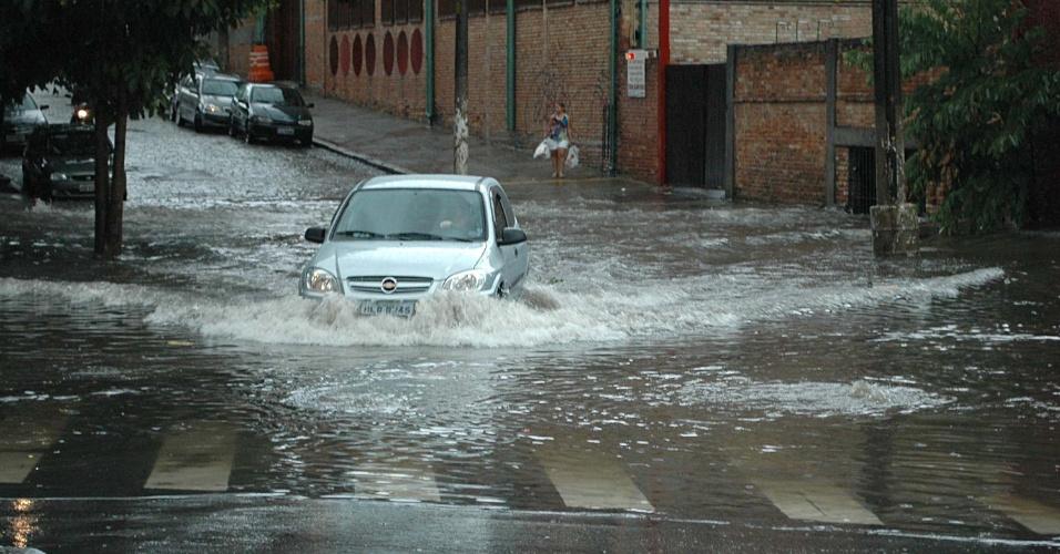 8.fev.2013 - Forte chuva provoca enchente na Vila Pompeia, na zona oeste de São Paulo (SP), no fim da tarde desta sexta-feira (8)