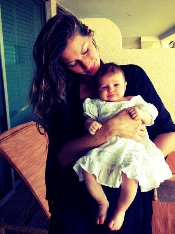 8.fev.2013 - Gisele Bündchen mostra foto com a filha Vivian