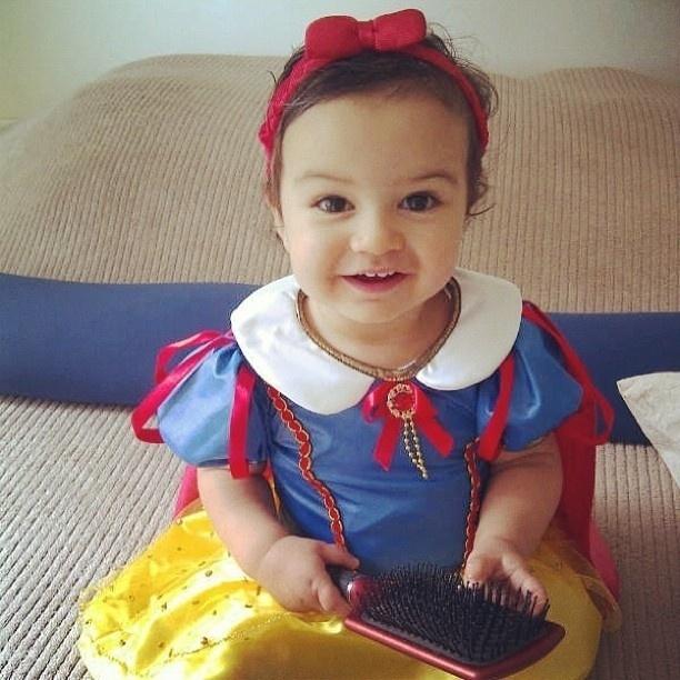 8.fev.2013 - Mariana Belém mostra filha fantasiada de Branca de Neve