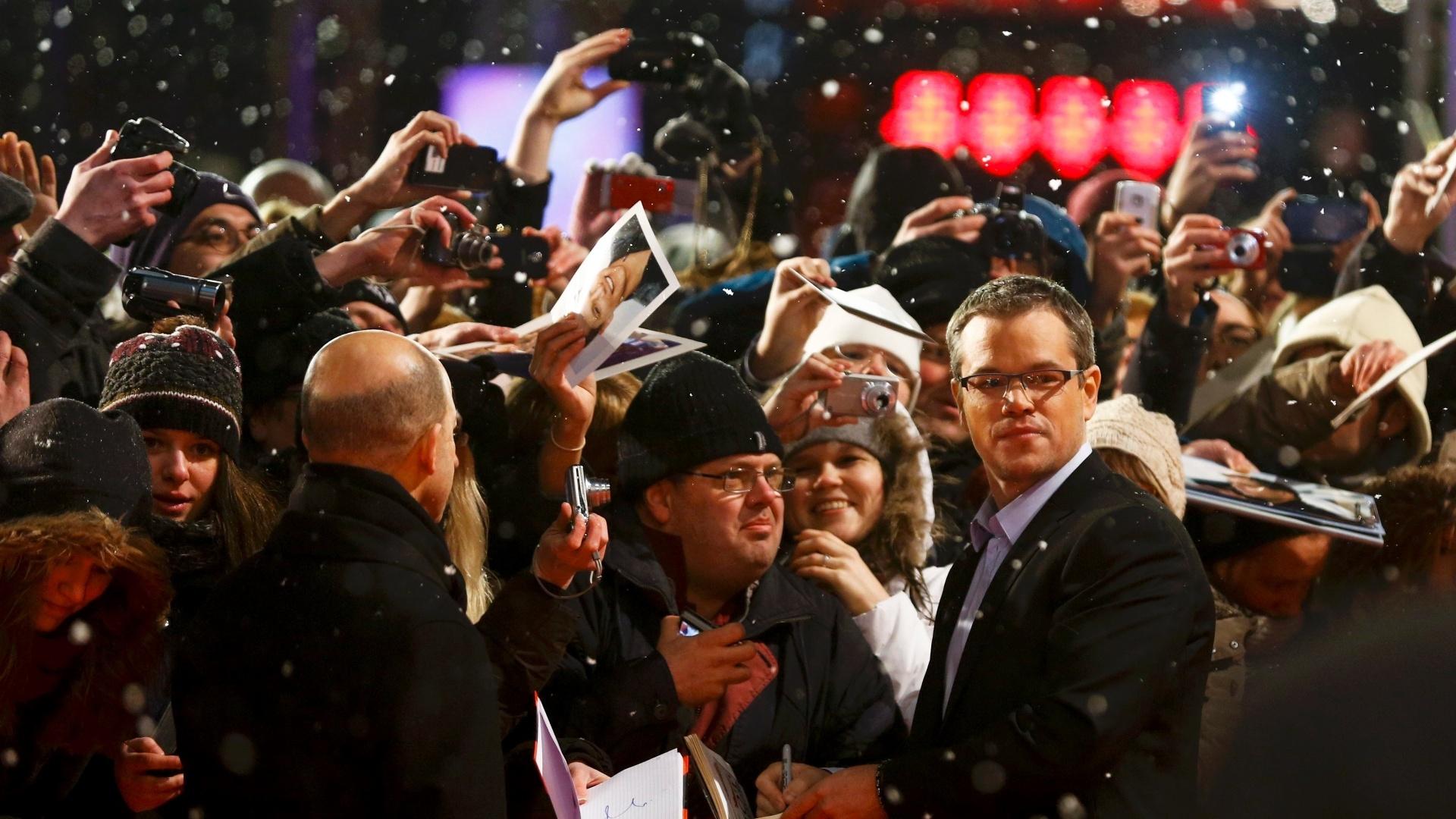 8.fev.2013 - Matt Damon dá autógrafos aos fãs antes da apresentação do filme