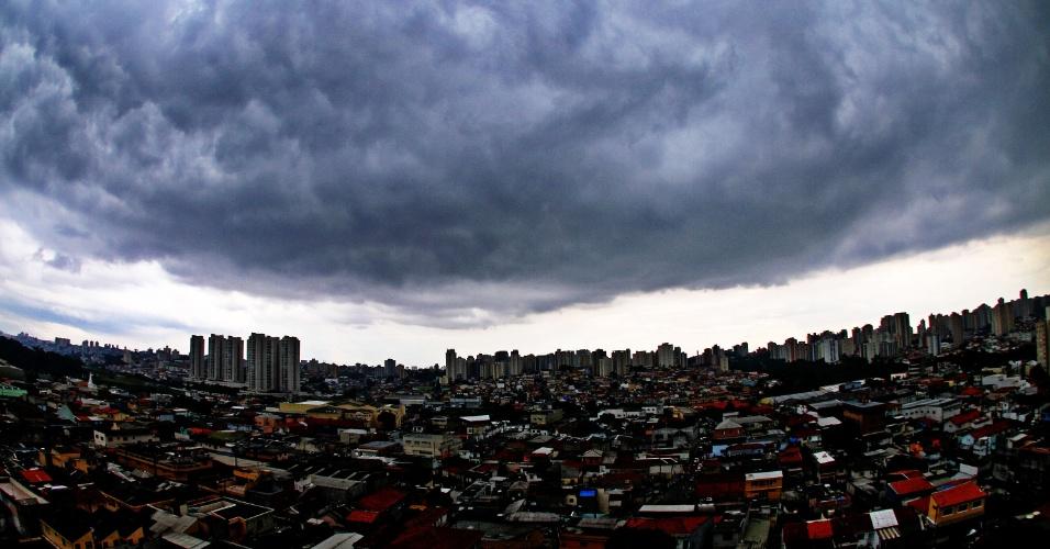 8.fev.2013 - Nuvens carregadas encobrem a região do bairro Jabaquara, na zona sul de São Paulo (SP), na tarde desta sexta-feira (8)
