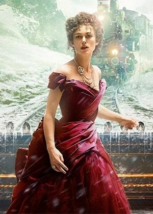 As joias Chanel usadas por Anna Karenina no filme podem ser identificadas pelo desenho de camélia, ícone da grife francesa - Divulgação