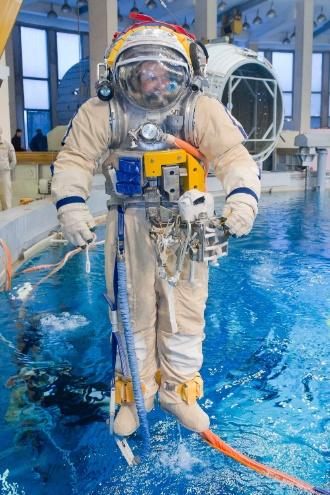 8.fev.2013 - Vestido com o traje espacial, o cosmonauta russo Sergey Ryazanskiy se prepara para entrar em uma piscina no centro de treinamento Star City, perto de Moscou, nesta sexta-feira (8). O treinamento, que simula situações enfrentadas na microgravidade, é uma prática comum para os astronautas que se preparam para missões espaciais