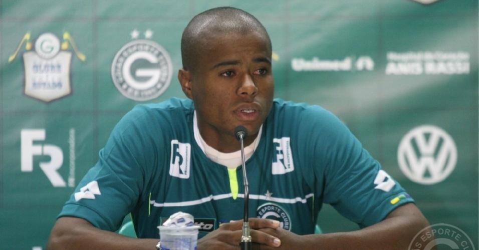 O lateral esquerdo Eron concede primeira entrevista coletiva como jogador do Goiás