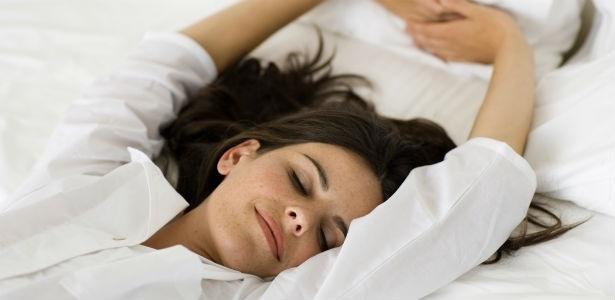 """""""Enquanto dormimos, as células da pele produzem colágeno"""", afirma a dermatologista Aparecida Machado de Moraes - Thinkstock"""