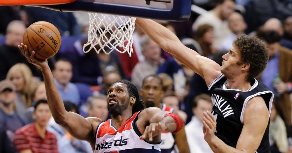 08.fev.2013 - Pivô brasileiro Nenê (esq) faz bandeja na vitória por 89 a 74 dos Washington Wizards sobre os Brooklyn Nets, pela NBA
