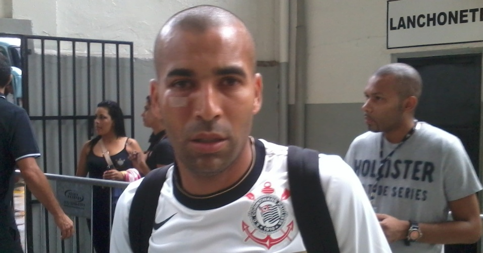 09.02.2013 - Emerson, atacante do Corinthians, com um corte abaixo do olho direito após um choque com o assistente Marcelo Rogério