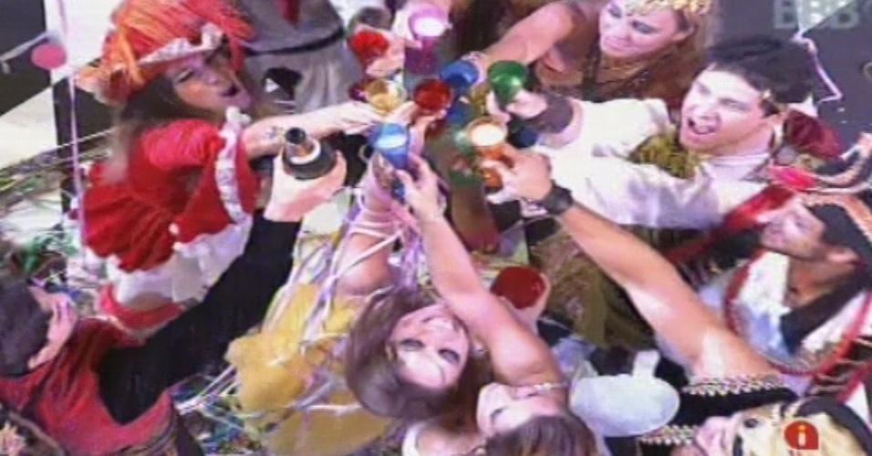 09.fev.2013 - Brothers fazem brinde com champagne em meio à festa Folia