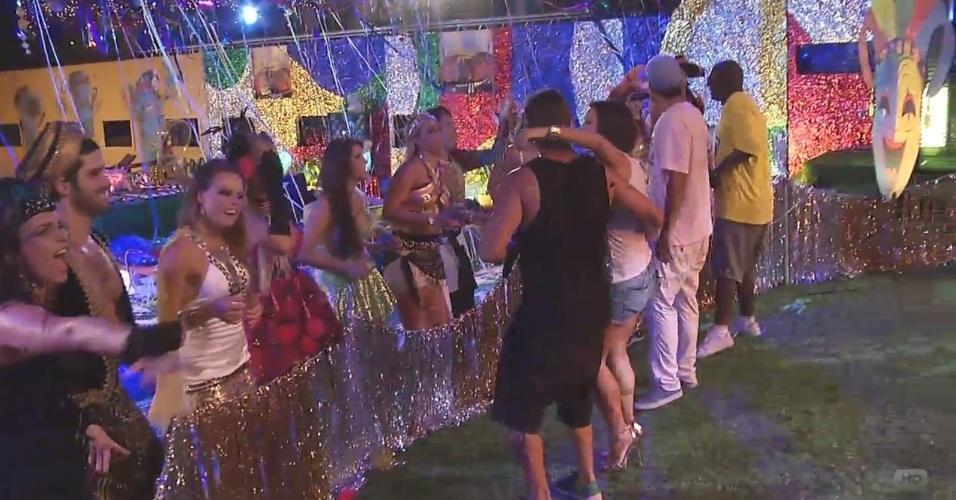 09.fev.2013 - Com fantasias de Carnaval, brothers se divertem na festa Folia, ao som do bloco Carrrossel de Emoções