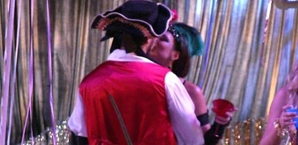 09.fev.2013 - Kamilla e Eliéser dão selinho na pista de dança. Os dois trocaram o primeiro beijo na tarde deste sábado