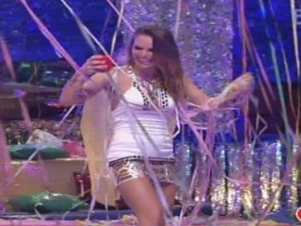 09.fev.2013 - Natália se enrola nas serpentinas que decoram a festa Folia