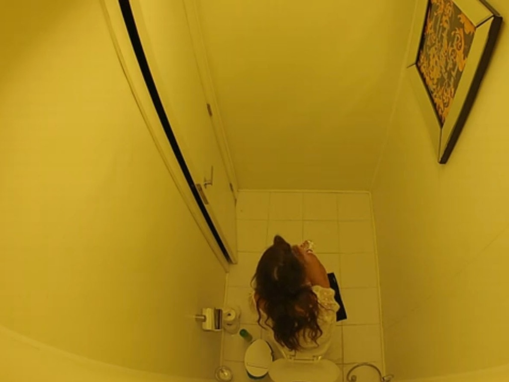 09.fev.2013 - No meio da madrugada, a líder Kamilla levantou, pegou algumas trufas em uma gaveta e foi comer no banheiro