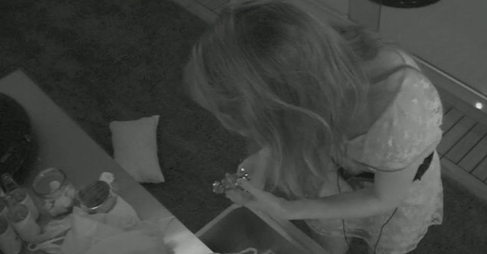 09.fev.2013 - No meio da madrugada, a líder Kamilla levantou, pegou uma trufa em uma gaveta e foi comer no banheiro