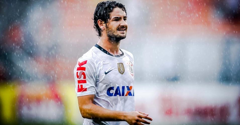 09.fev.2013- Alexandre Pato, que começou o jogo no banco, toma chuva no segundo tempo contra o São Caetano no Pacaembu