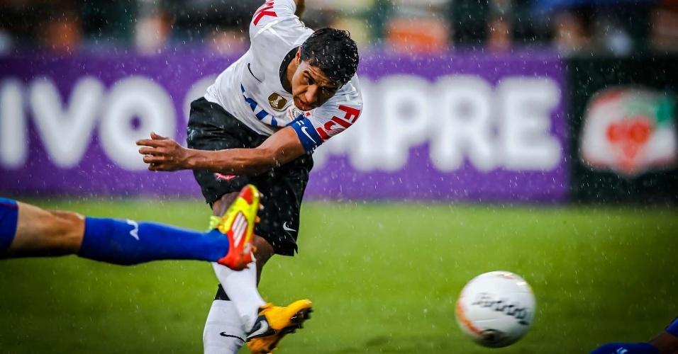 09.fev.2013- Debaixo de chuva, Paulinho tenta finalização contra o gol do São Caetano no Pacaembu