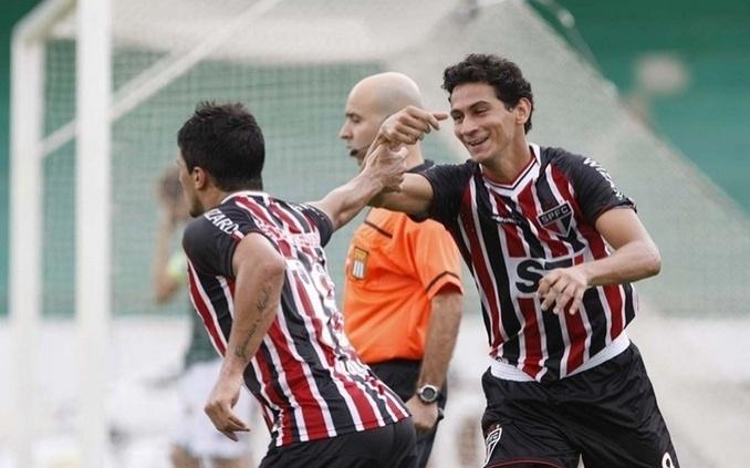 09.fev.2013- Ganso comemora com Aloísio após o atacante marcar na vitória do São Paulo sobre o Guarani