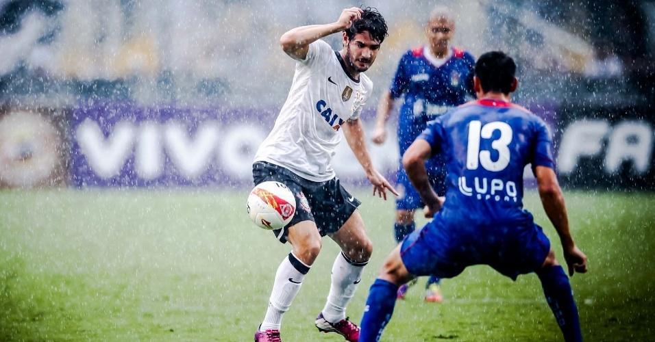 09.fev.2013- Pato tenta escapar da marcação do São Caetano no Pacaembu em jogo válido pela sétima rodada do Campeonato Paulista