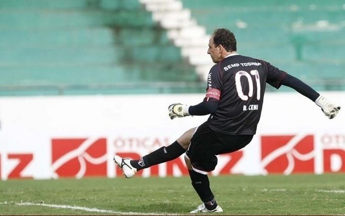 09.fev.2013- Rogério Ceni cobra falta em jogo contra o Guarani pelo Paulista no Brinco de Ouro da Princesa