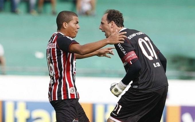 09.fev.2013- Rogério Ceni comemora com Carleto após marcar gol de falta contra o Guarani pelo Campeonato Paulista