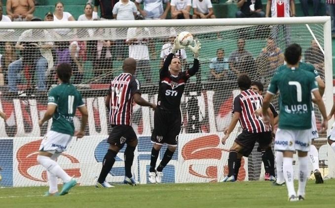 09.fev.2013- Rogério Ceni defende tentativa de gol do Guarani durante partida pelo Campeonato Paulista, no Brinco de Ouro