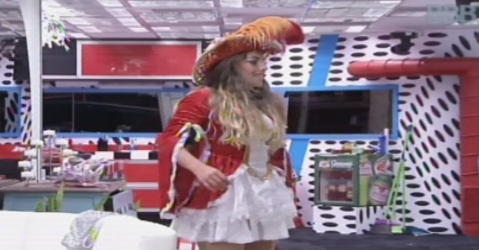 9.fev.2013 - Anamara admira fantasia de pirata que irá usar na festa deste sábado
