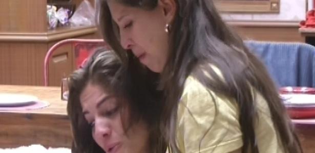 9.fev.2013 - Anamara e Andressa choram e releem juntas a carta que a baiana recebeu de uma amiga