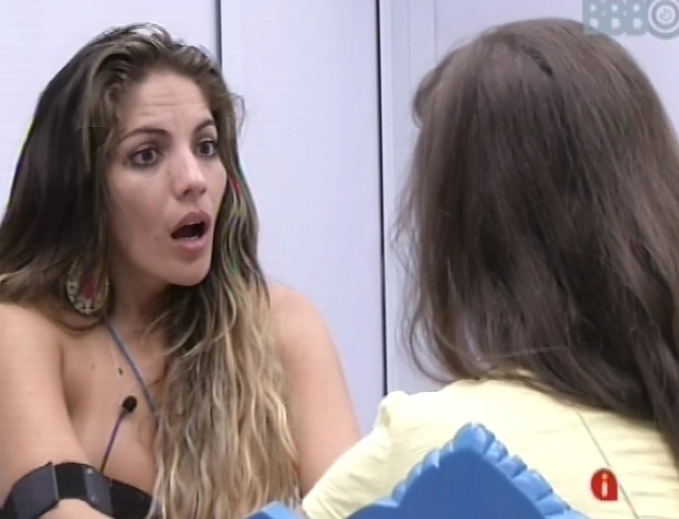 9.fev.2013 - Anamara e Andressa conversam sobre as possibilidades para o paredão de domingo
