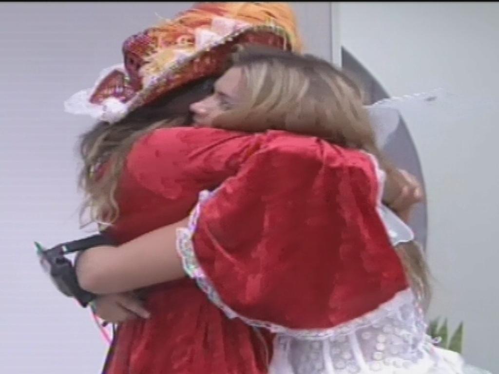 9.fev.2013 - Anamara e Fani fazem as pazes com um abraço antes da festa deste sábado